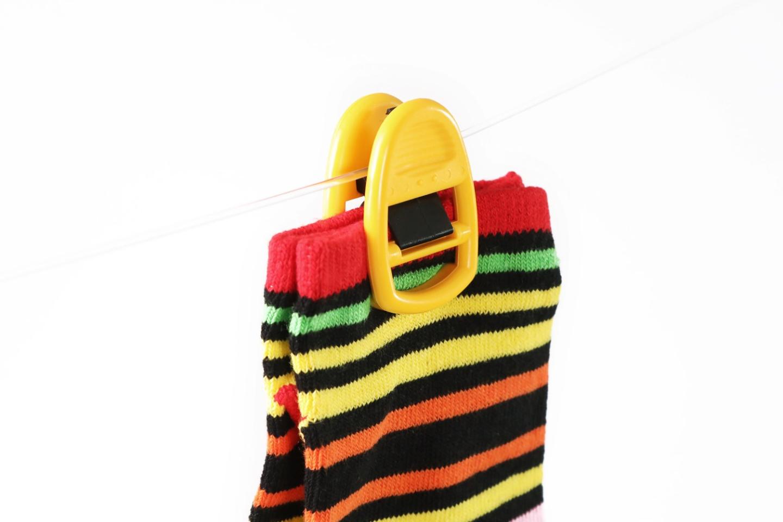Socken mit Clipso Sockenklammer an Wäscheleine